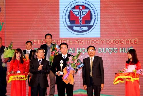 """Trường Đại học Y Dược Huế nhận Giải thưởng: """"100 thương hiệu Việt bền vững 2015"""""""